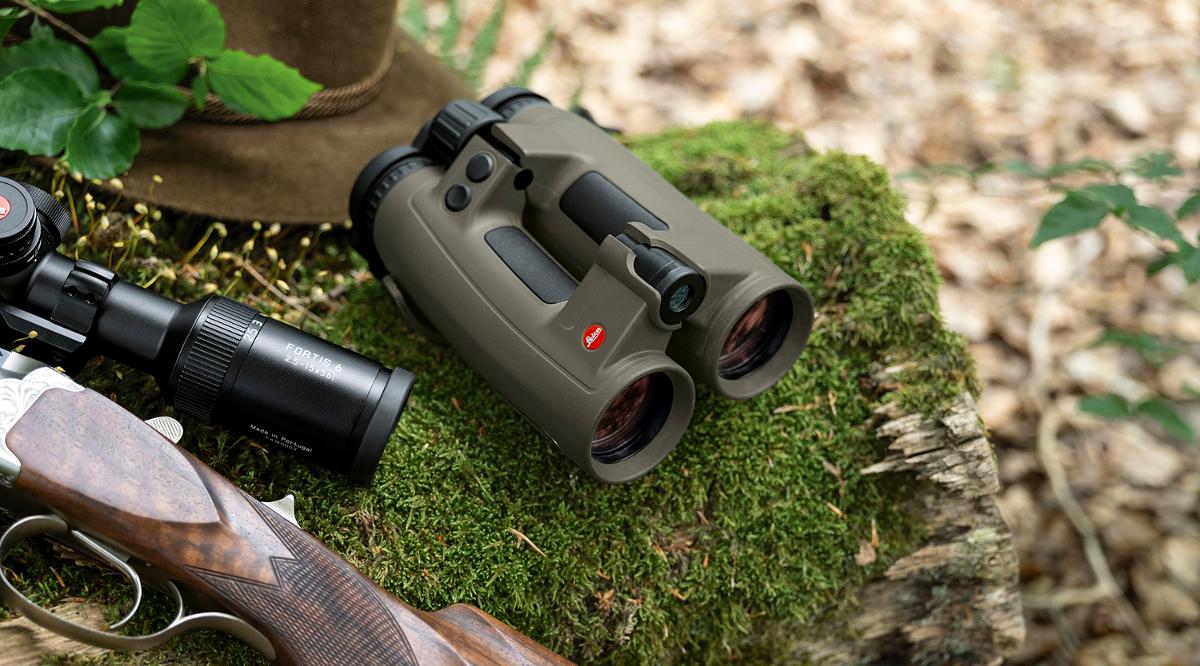 il binotelemetro da caccia Leica Geovid 2019 Edition insieme al cannocchiale Leica Fortis e a un cappello tradizionale da caccia
