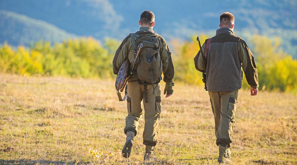 sospesa la caccia in Puglia: due cacciatori di spalle