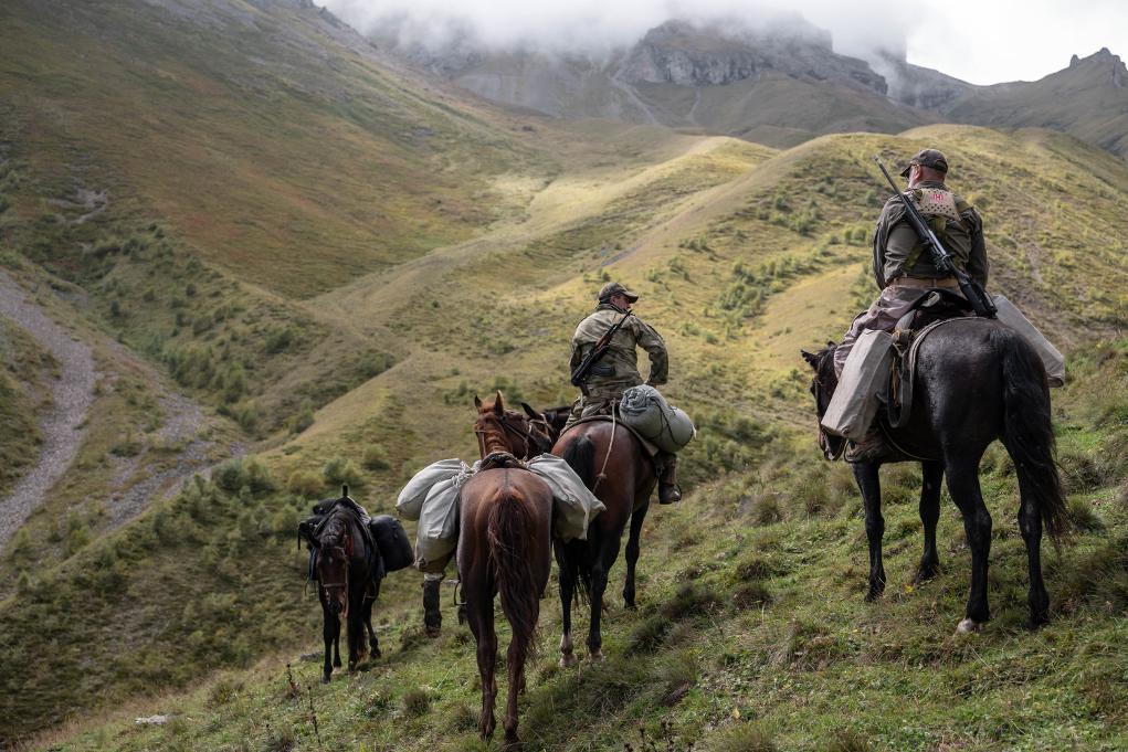 a cavallo alla ricerca del tar del medio caucaso durante una tappa della lunga caccia all'estero