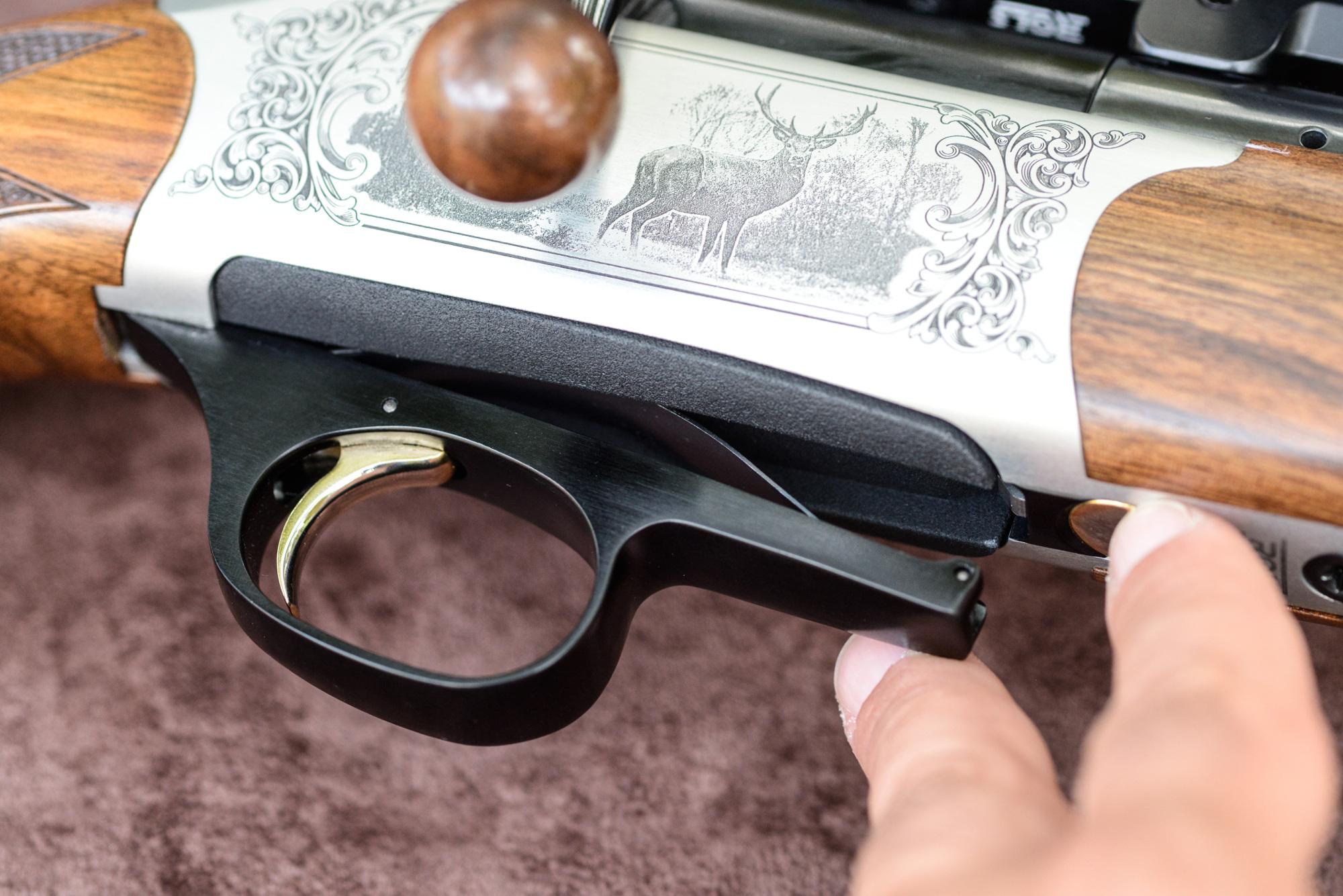 seconda pressione del pulsante di sgancio del caricatore della carabina straight-pull Chapuis Rols Deluxe