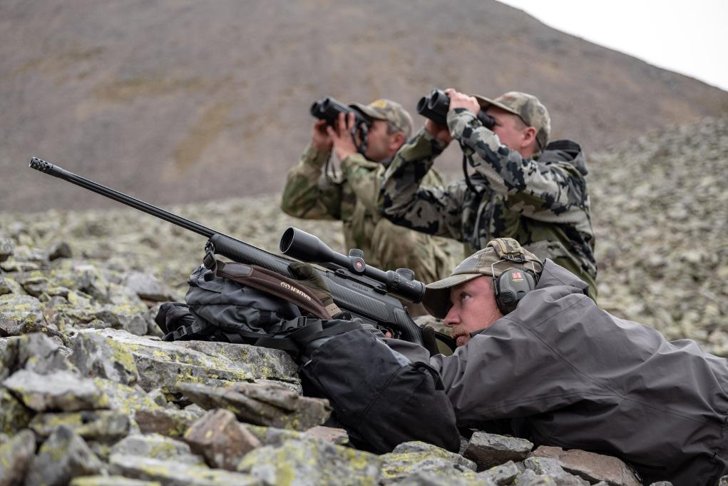 simon k. barr prende la mira durante la sua caccia in russia, nell'ottica c'è il tur del medio caucaso