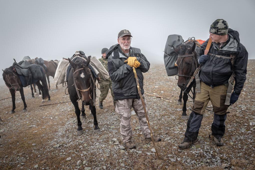 cacciatori in montagna davanti ai cavalli