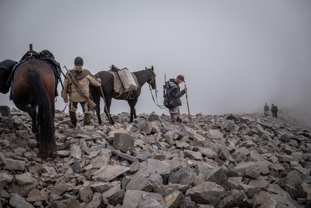 su alcuni tratti di strada c'è bisogno di condurre i cavalli per le briglie, la caccia all'estero è sempre complicata