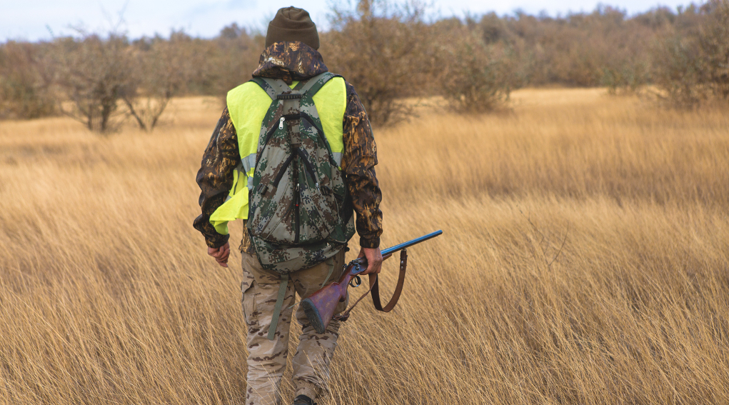 Caccia in Lombardia: cacciatore di spalle