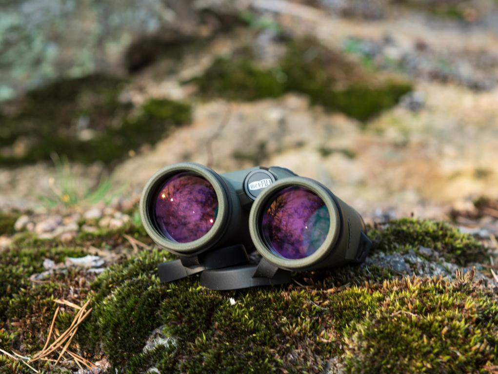 binocolo meopta optika hd 8x42 appoggiato su una roccia