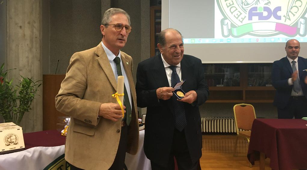 assemblea nazionale federaccia: il presidente nazionale Massimo Buconi premia Bruno Modugno col riconoscimento di Cacciatore gentiluomo