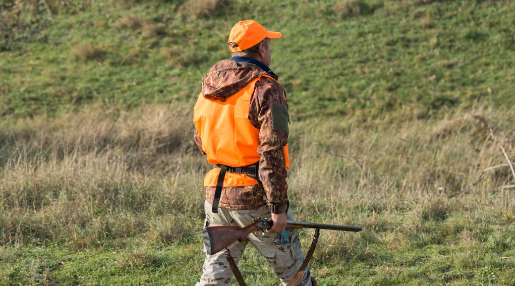 difesa della biodiversità: cacciatore con gilet alta visibilità