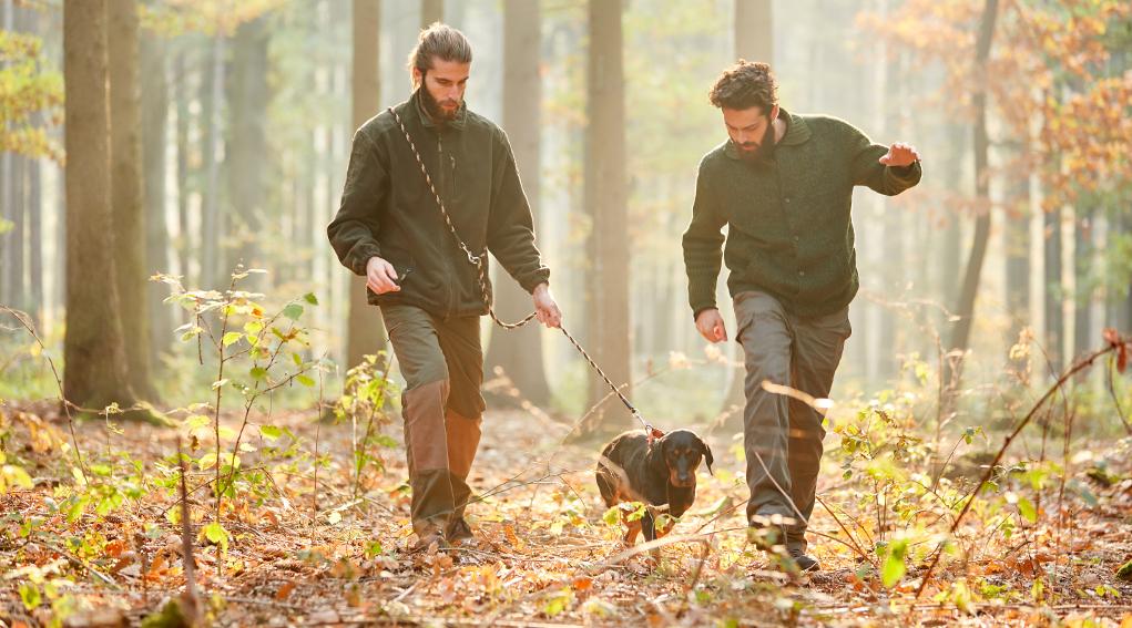 associazioni venatorie insieme: due cacciatori con cane al guinzaglio