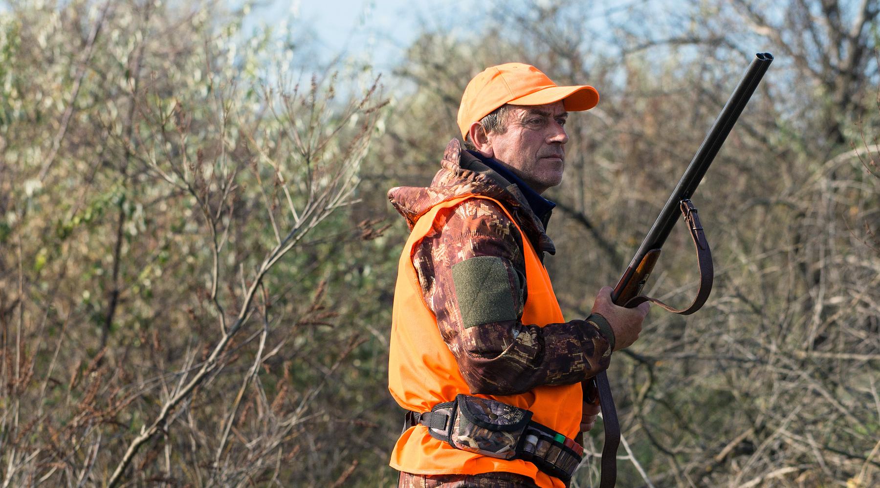 calendario venatorio della Sardegna: cacciatore in abbigliamento alta visibilità