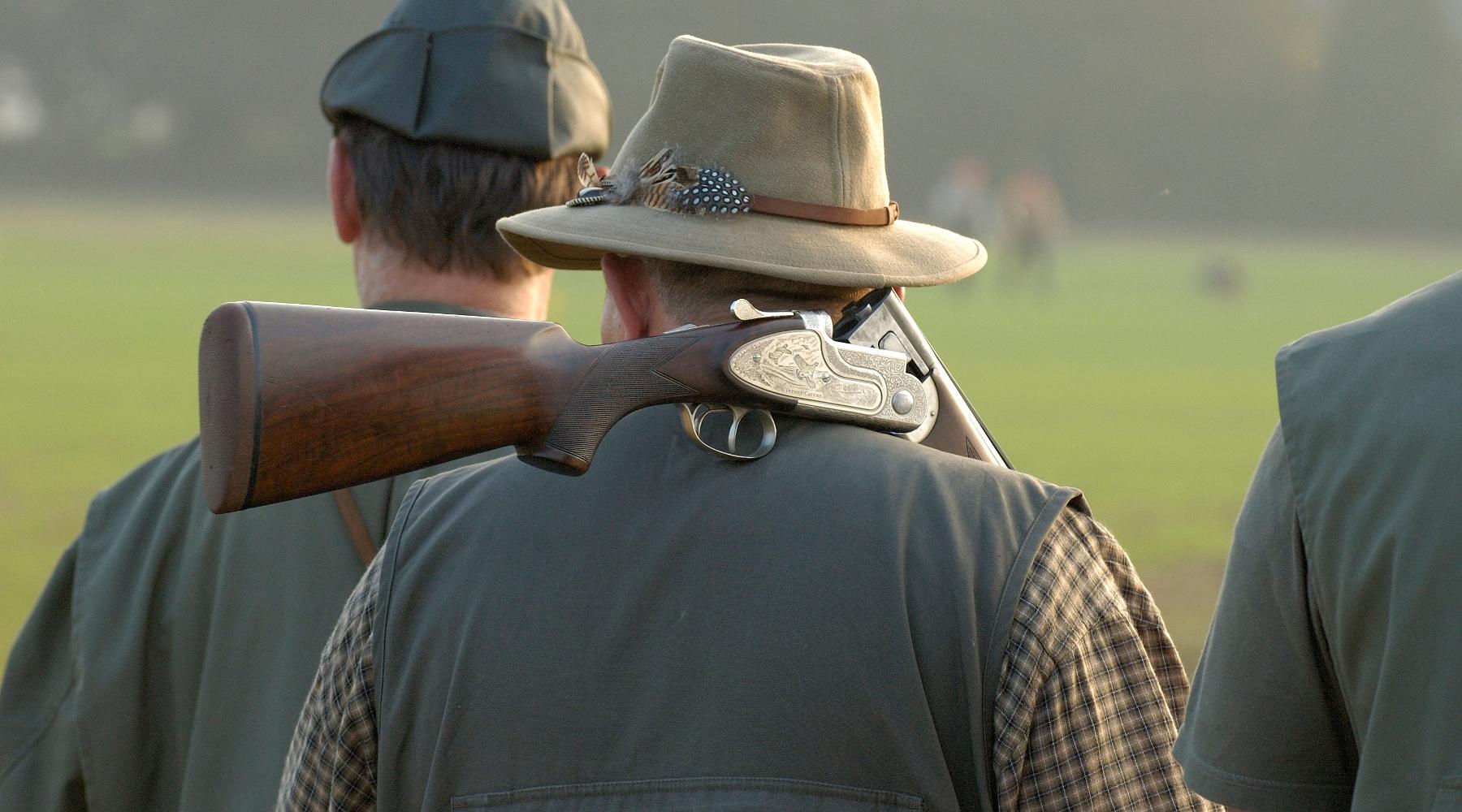 Le notizie di caccia della settimana: due cacciatori di spalle con fucile in spalla