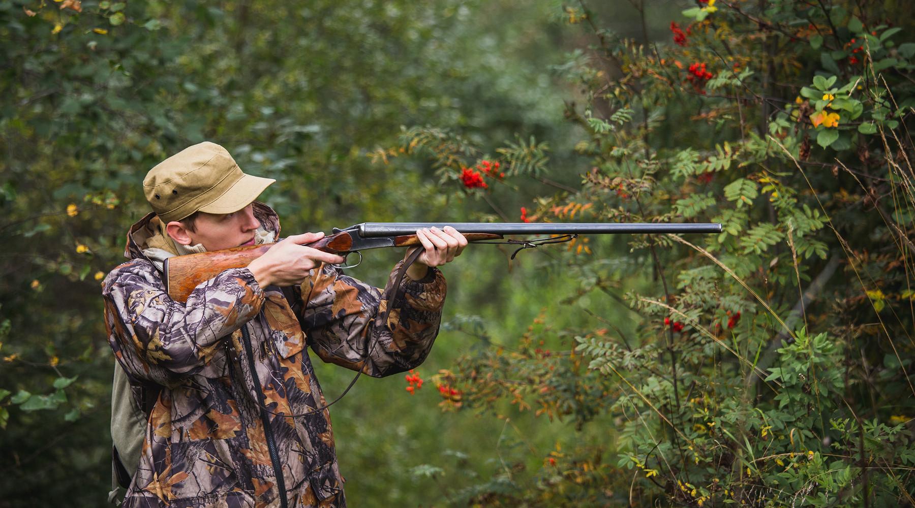 Mobilità venatoria: cacciatore prende la mira nel bosco