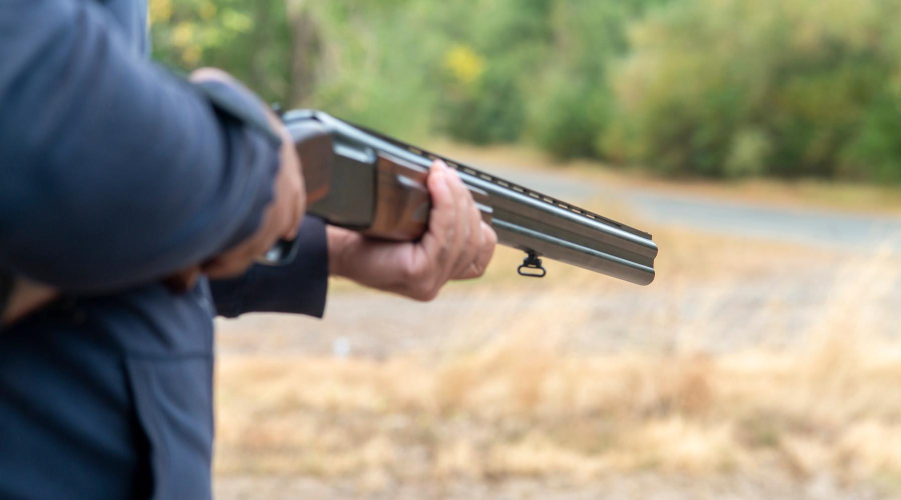 calendario venatorio della Liguria: cacciatore con fucile sovrapposto in mano