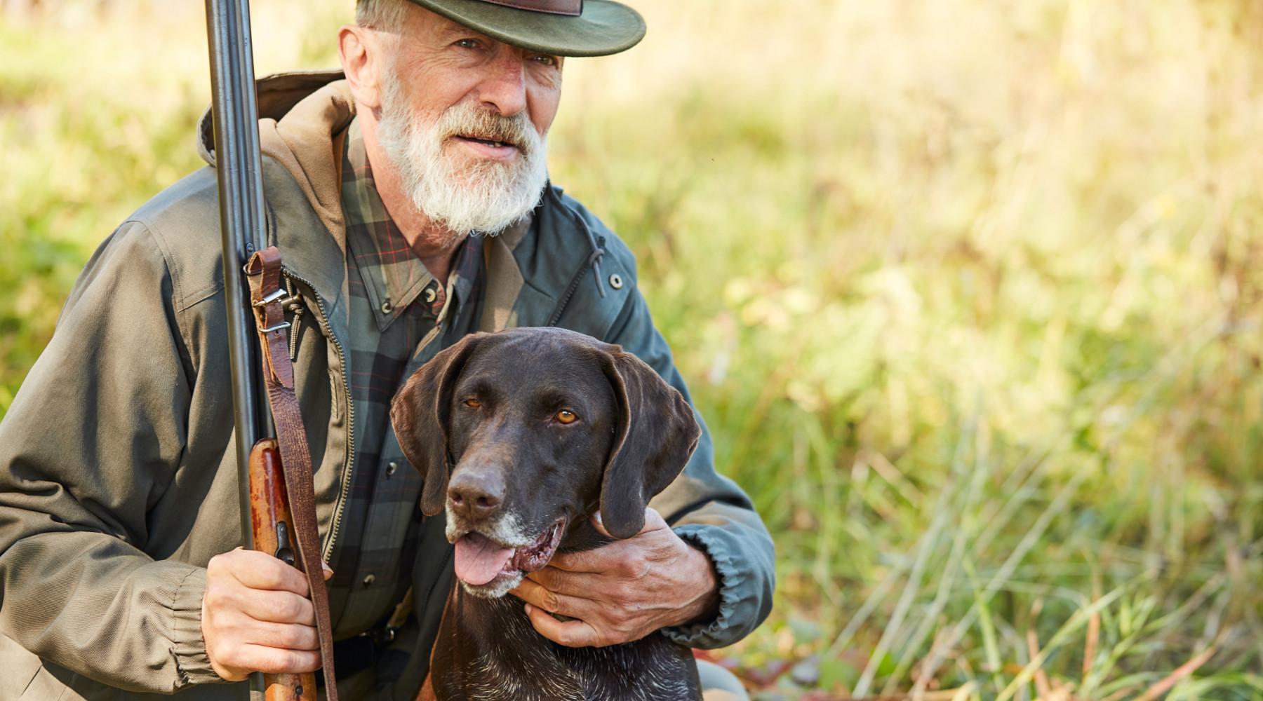 Calendario venatorio della Toscana: cacciatore anziano con cane