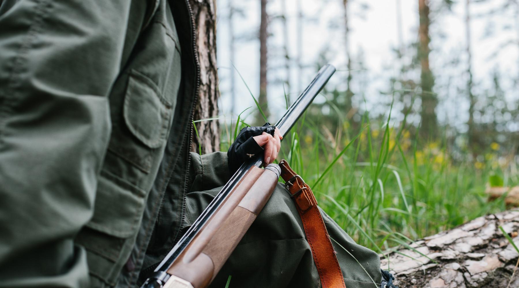 calendario venatorio dell'Umbria: cacciatore con fucile nel bosco