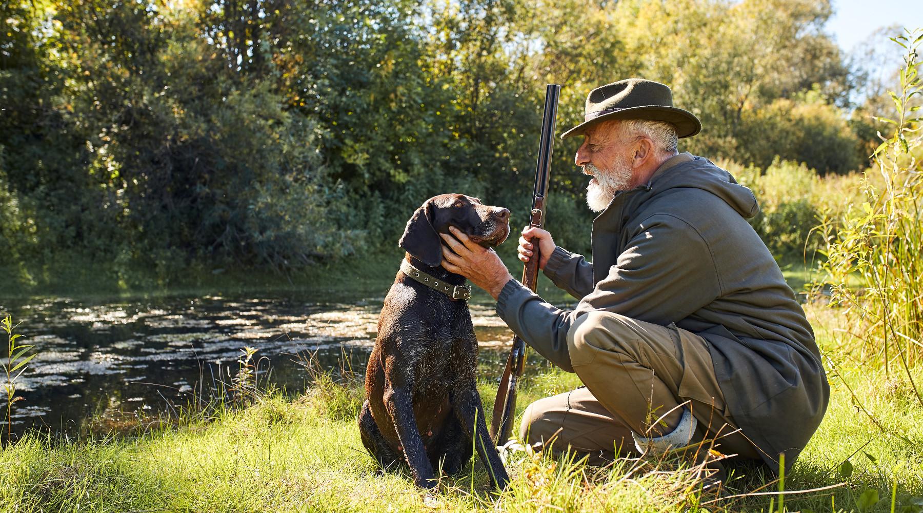 Calendario venatorio della Lombardia: cacciatore accarezza cane dopo caccia