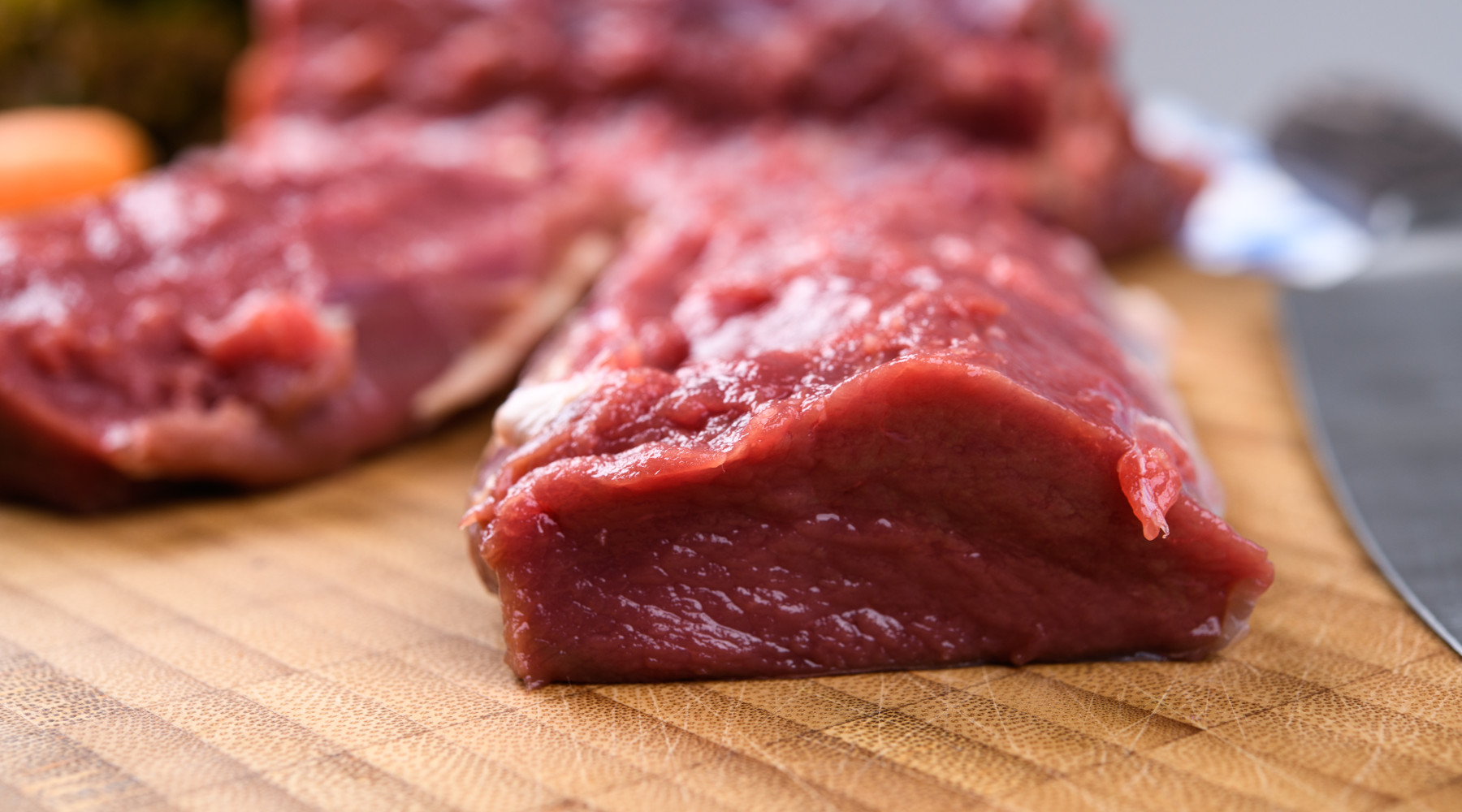 Filiera della carne di selvaggina: carne sul tavolo di legno
