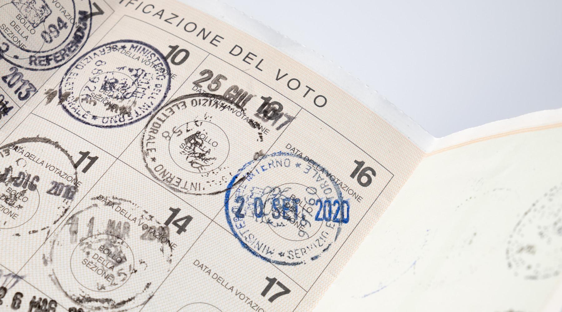 Referendum sulla caccia: tessera elettorale con timbri
